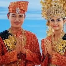 Baju pengantin emas dari kainsongketriau